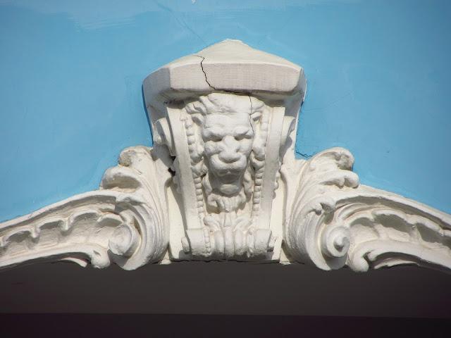 Лев на фасаде.