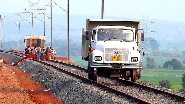 भारतीय रेल ने अपने जुगाड़ से पटरी पर ट्रक को दौड़ा दिया, वीडियो वायरल