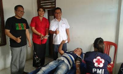 Legislator Mitra, Vocke Ompi ambil bagian mendonor didampingi, Hukum tua Liwutung Meidy Moeksim, Kapus Towuntu Timur Eben Sampelan.