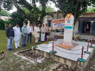 धर्मापुर शहीद स्तम्भ पर माल्यार्पण व दीप प्रज्ज्वलित कर मनाया गया वर्षगांठ  | #NayaSaberaNetwork