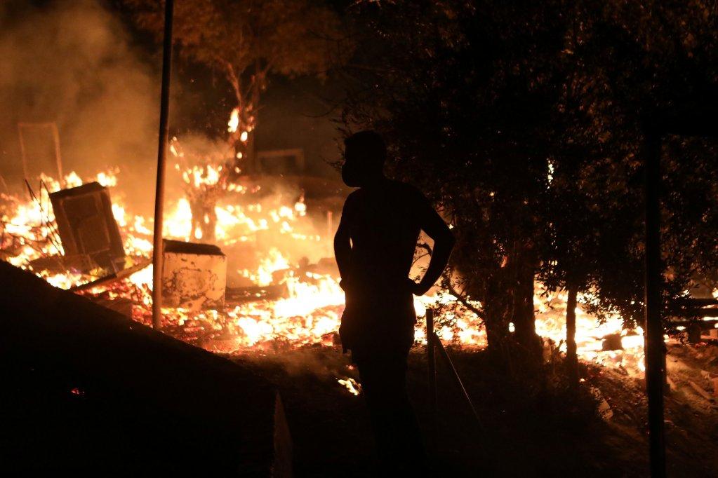 """Grèce : énorme incendie dans le camp surpeuplé de migrants de Moria, Lesbos déclarée """"en état d'urgence"""""""