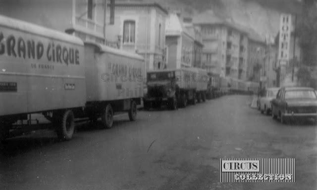 les convois du cirque dans les rue de la ville