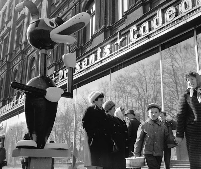 """1968 год. Рига. Песик Пиф приглашает всех желающих посетить магазин """"Сакта"""""""