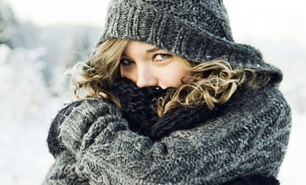 النساء يشعرن بالبرد أكثر من الرجال!6 أسباب تفسر الشعور الدائم بالبردة.