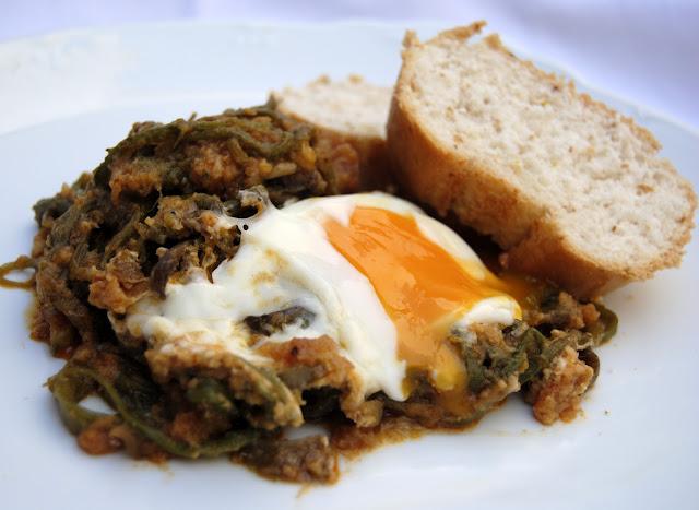 Tagarninas con majado de ajo, pan frito y huevo