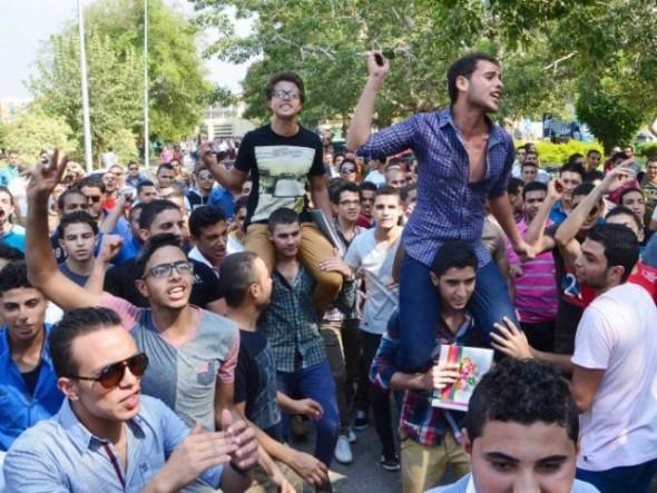 مظاهرات طلاب الثانوية العامة يتظاهروا أمام وزارة التربية والتعليم إعتراضا على قرار الوزارة بشأن الإمتحانات