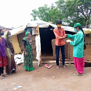 ग्रामीणों को कोरोना से बचाने जुटी आदिवासी किशोरियां