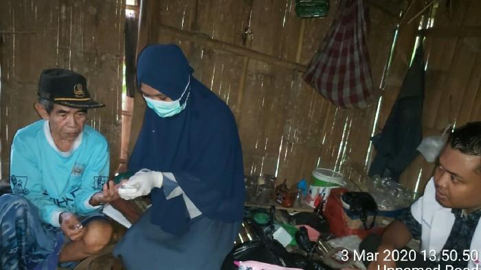 Hidup Sebatang Kara, Warga Ini Dapat Perhatian Petugas Home Care Home Visit Puskesmas Lappadata