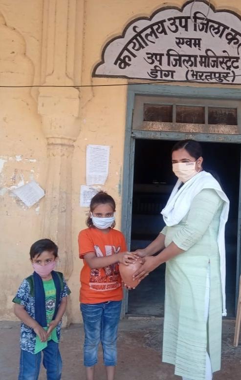 इनसे सीखे: बच्चों ने अपनी गुल्लक से 3,491 रुपये की राशि कोरोना पीड़ितो के लिये दान की