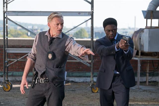 Les détectives Halloran (Callum Keith Rennie) et Hunt (Clé Bennett) dans Jigsaw, réalisé par Peter et Michael Spierig (2017)