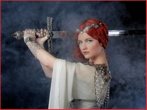 Séance Photos Excalibur médiéval épée femme armure Woman Dress Armour Medieval Sword Photoshooting