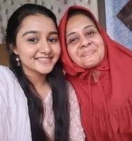 मुनीरा कुद्रती अपनी माँ के साथ