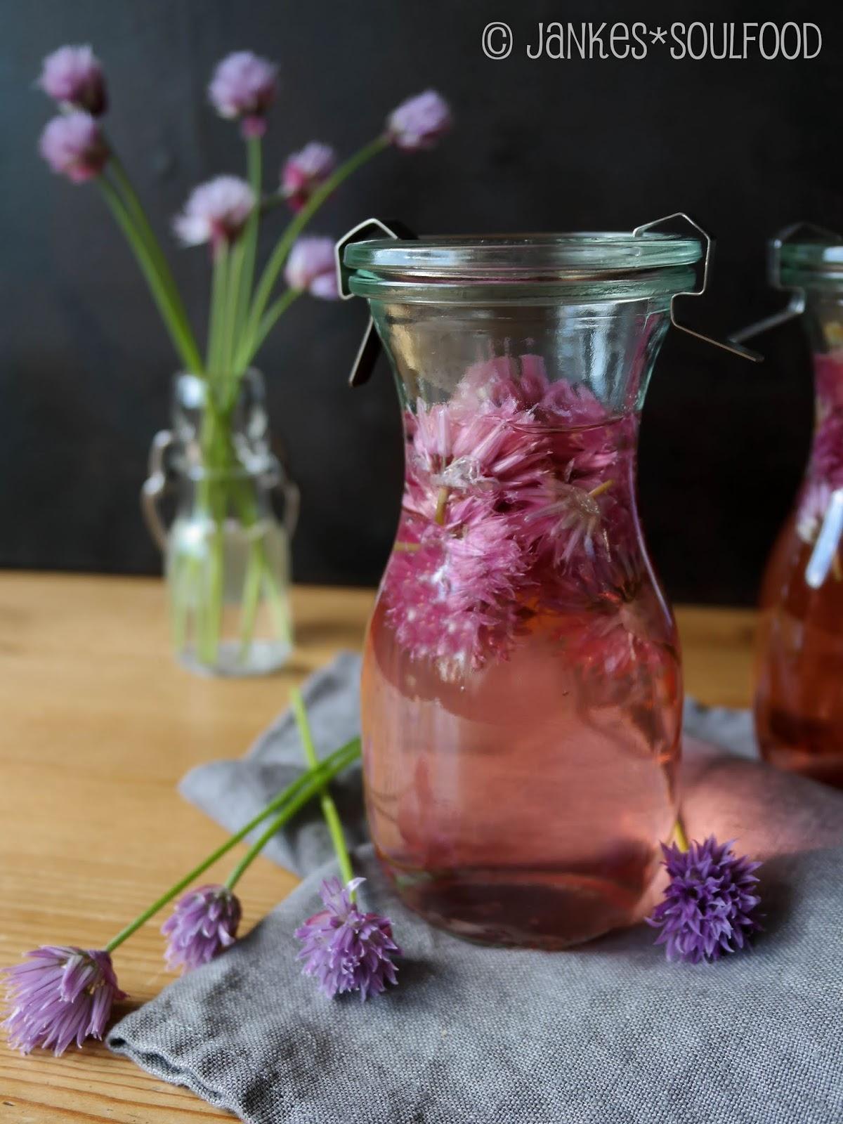 Essig mit Schnittlauchblüten
