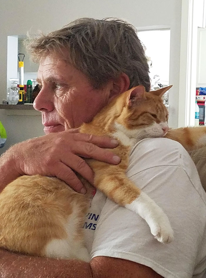30 Adorable Pictures Of Men With Their Cats