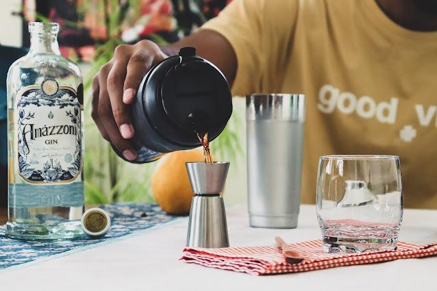 café de jacu sendo servido em copo dosador