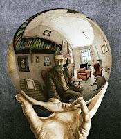 Avuç içindeki aynalı bir kürede kendini görmek