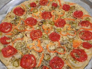 Pizza cu legume de casa reteta vegetariana de post cu rosii ceapa ardei ciuperci masline si branza tofu retete culinare traditionale gustari si mancare,