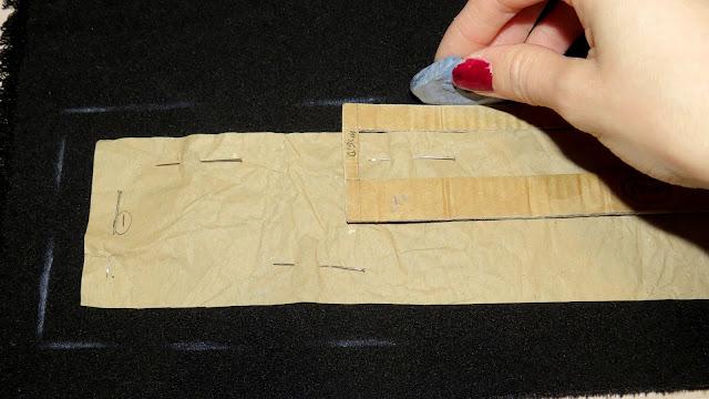 Marcado de margen de costura para el patrón sobre la tela con jaboncillo de sastre y puntímetro