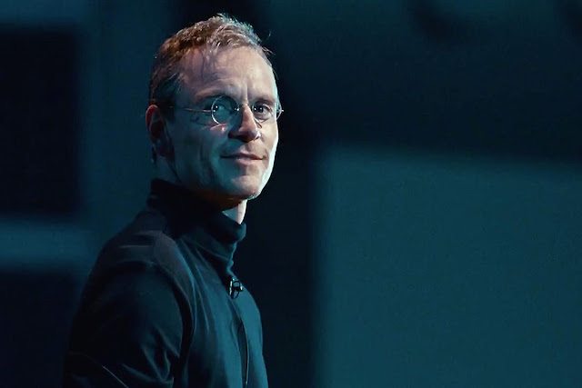 Michael Fassbender caracterizado como Steve Jobs en la película homónima