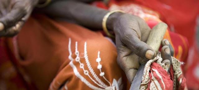 En Kabele, Etiopía, una mujer que solía practicar la mutilación genital a mujeres sostiene el cuchillo que utilizaba.UNICEF / Holt
