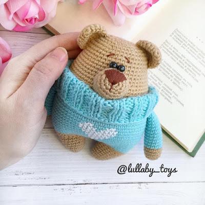 Вязаный мишка в свитере
