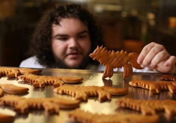 Ben Hawkey está vendendo biscoitos em forma de lobo, iguais aos que Torta Quente deu para Arya na série. (Foto: Deliveroo)