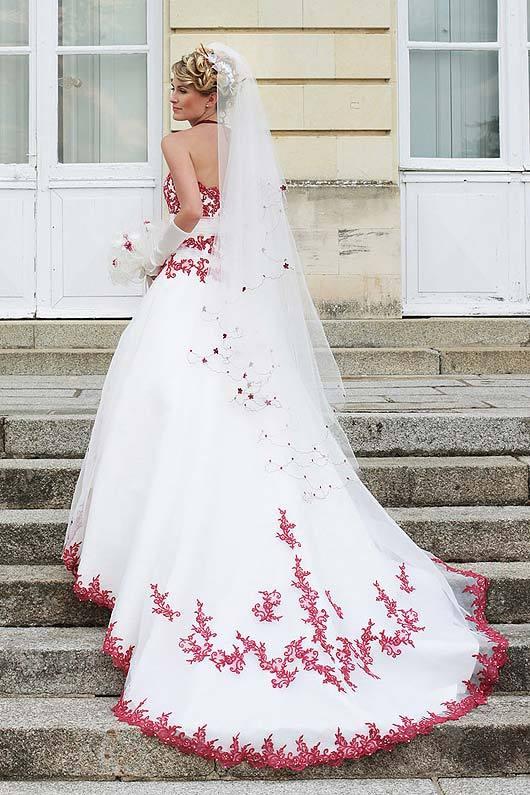 robe de mari e blanche et rouge coiffure mariage. Black Bedroom Furniture Sets. Home Design Ideas