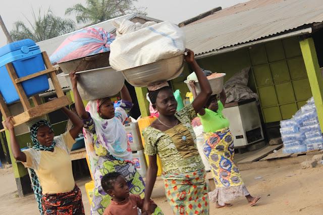 Acarrando la pobreza