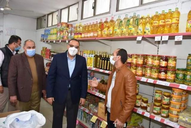 محافظ الشرقية يتفقد منفذ بيع منتجات شركة الصالحية للاستثمار والتنمية بمدينة الزقازيق
