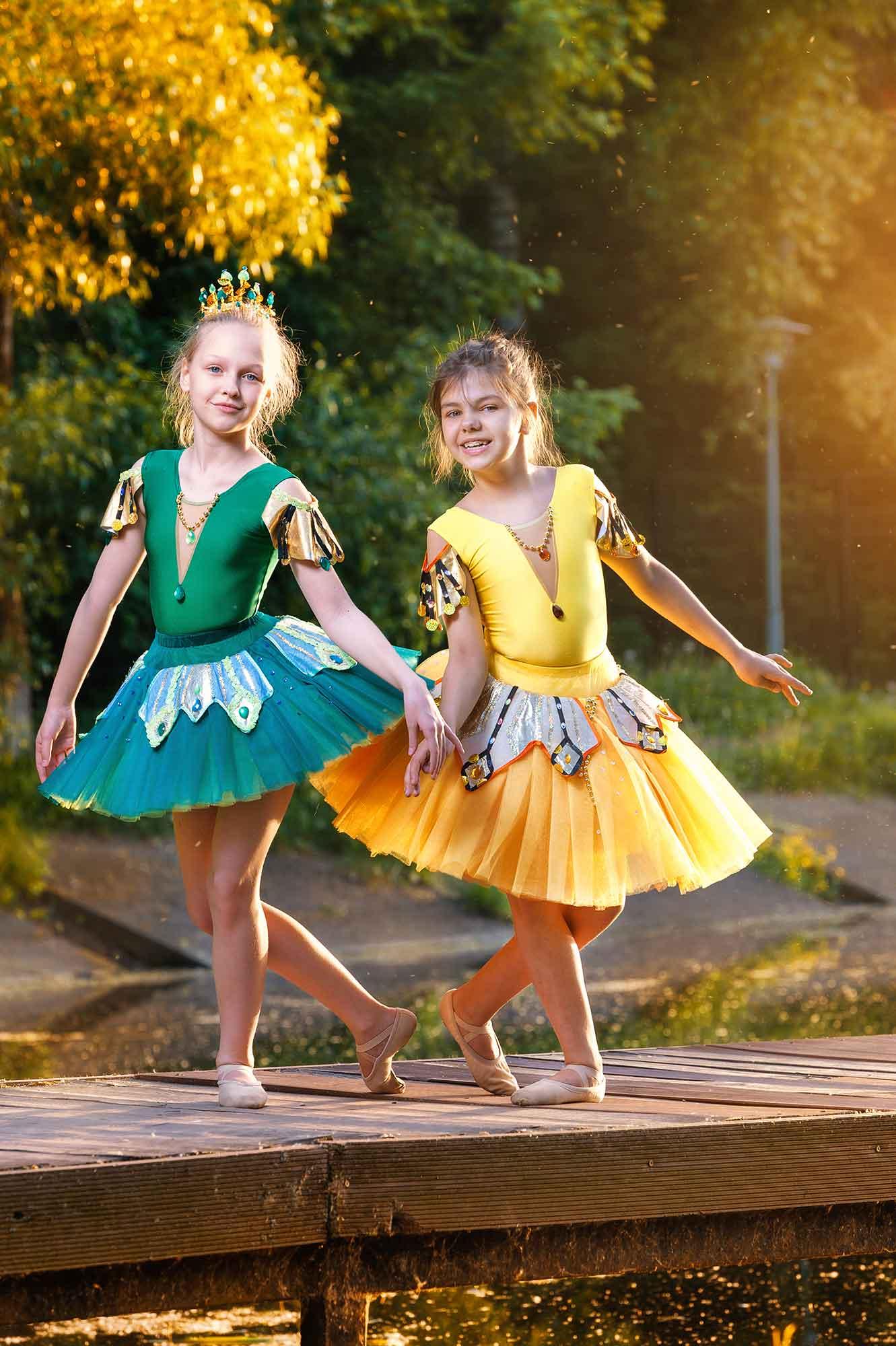 девочки в танцевальных костюмах на мостике