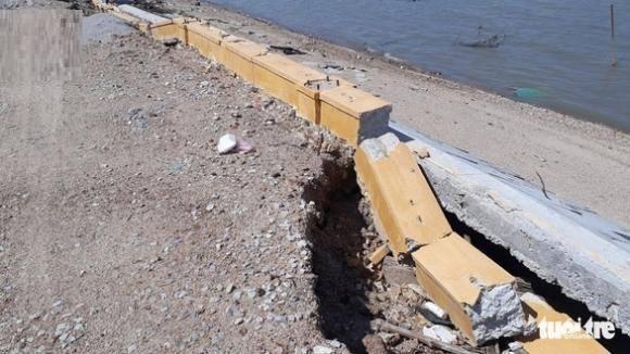 Kè sông 12 tỉ vừa xây xong sập nát gần hết, lộ ra nhiều chỗ không hề có cốt thép