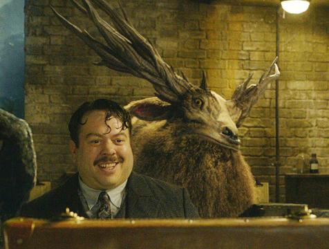 Leucrotta y Jacob Kowalski (Dan Fogler) en Animales fantásticos. Los crímenes de Grindelwald - Cine de Escritor