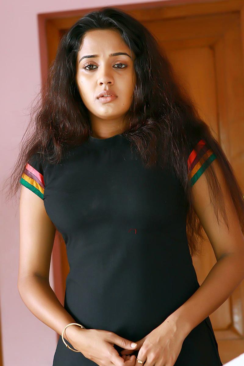 ANANYA MALAYALAM CUTE ACTRESS IN TIGHT BLACK BLOUSE HOT