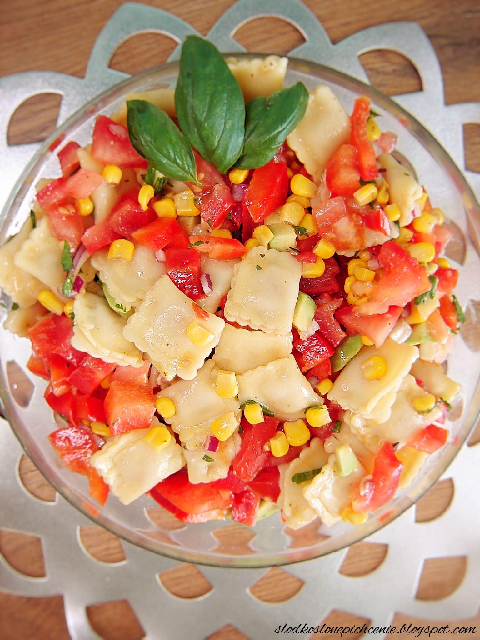 Sałatka z ravioli i awokado