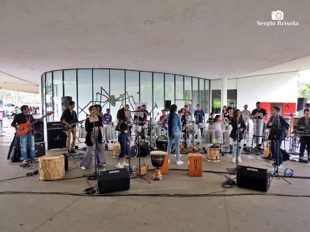 Vista de apresentação de um Grupo musical na Marquise do Ibirapuera - São Paulo