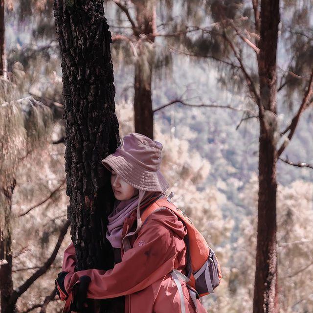 Pendaki wanita tangklukan gunung Indonesia
