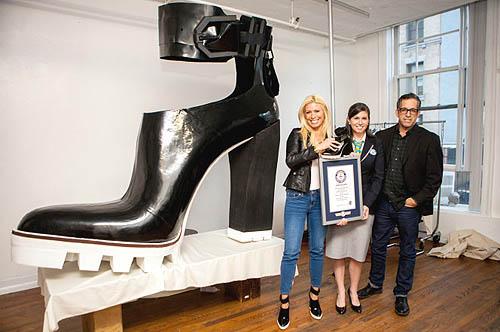 Sepatu wanita yang didesain dengan model cantik dan unik