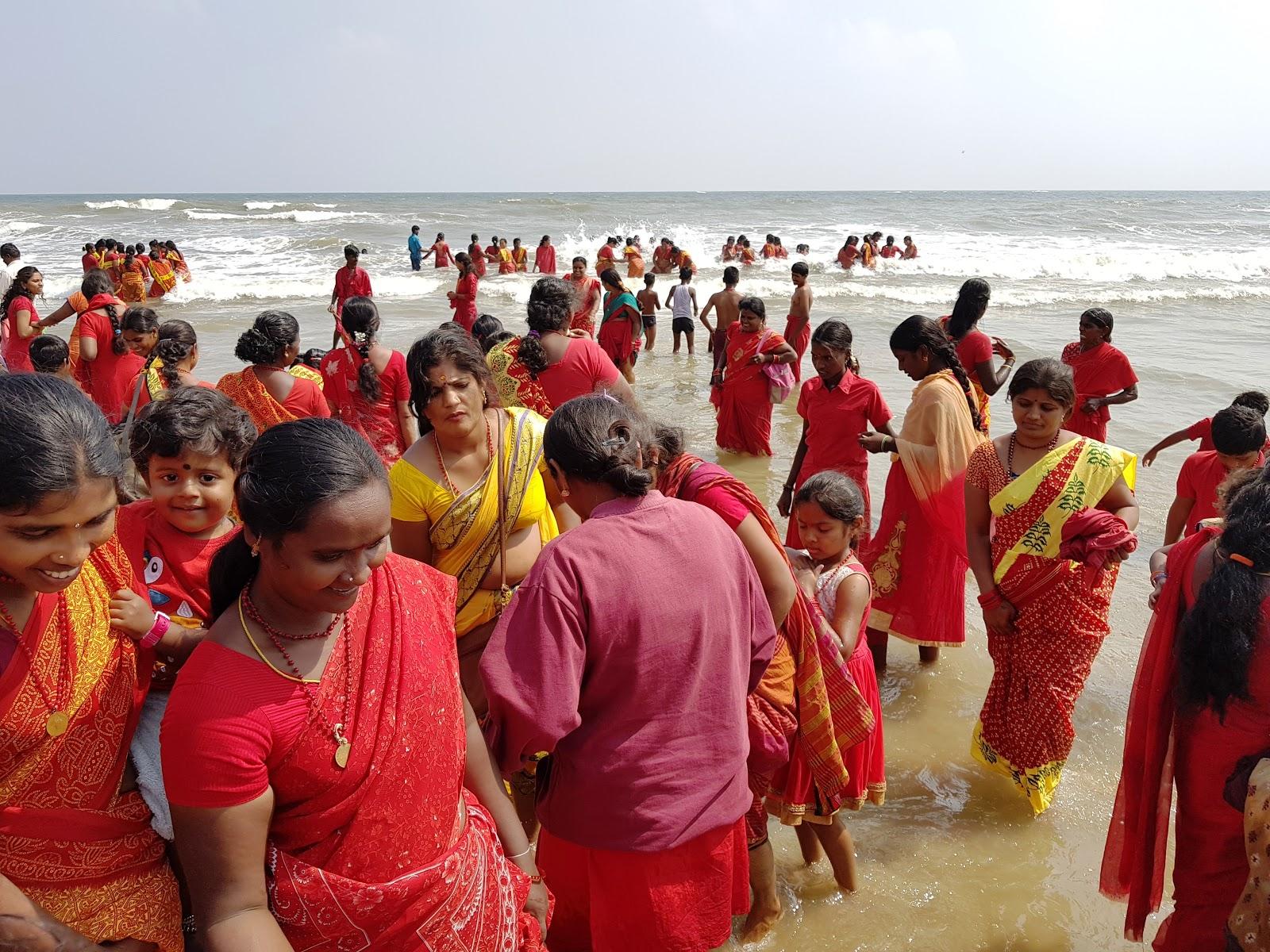 мама индианки на пляже довольно