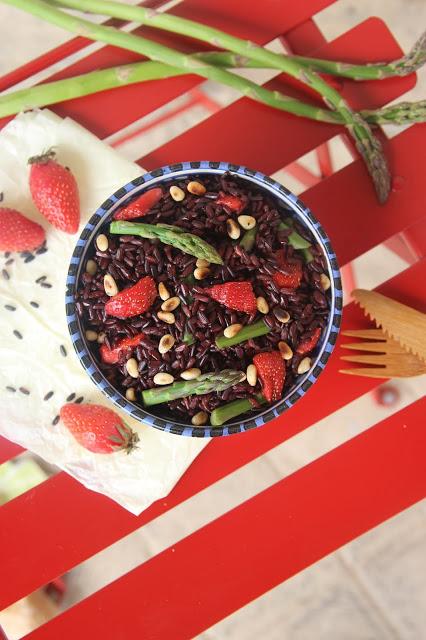 5 recettes avec des asperges  : salade riz noir fraises, asperges, pignons et miso