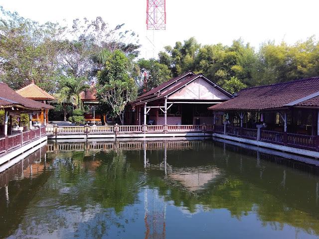 Kuliner Bojonegoro - Warung Lesehan Ikan Bakar Klotok