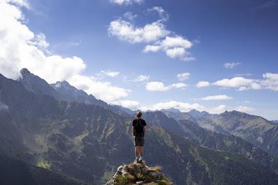 menikmati alam, olahraga, olahraga bola basket, olahraga skateboard, olahraga bulu tangkis, pria sedang mendaki gunung, mendaki gunung, mendaki gunung sendiri, menikmati alam, menikmati udara segar, menghilangkan bosan diluar rumah