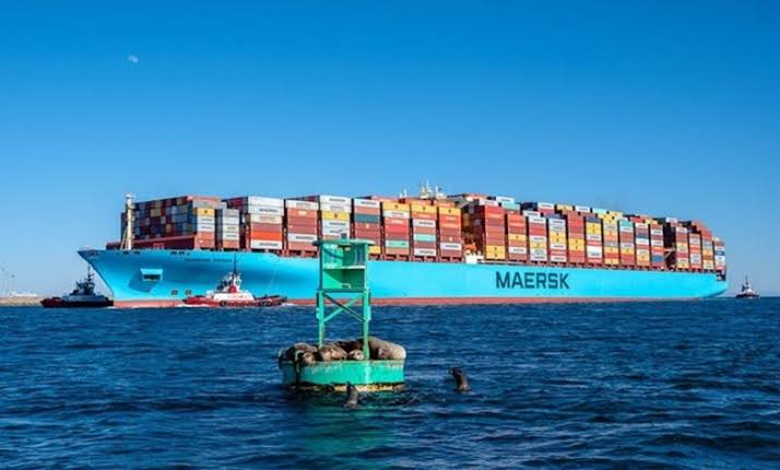 El maltratado Maersk Essen fondea frente a Lázaro Cárdenas