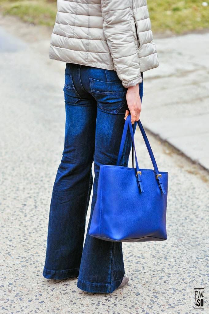 spodnie dzwony, jak nosic, styl lata 70te, puchowa kurteczka, michael kors torba, niebieskie lustrzanki