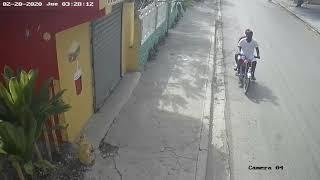Delincuentes abordo de motocicleta despojan a señora de celular ( Video)
