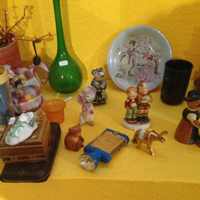 Színes sok minden sárga háttérrel - régi elemlámpa porcelán, égetett agyag és üveg társaságban