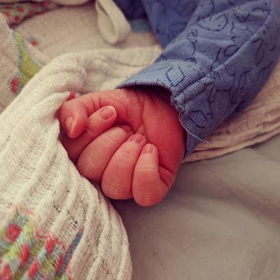 Wehmütige Momente am Babybett