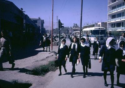 pakaian seragam para pelajar putri di afghanistan tahun 1960an