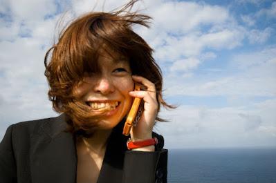 japonesa conversando no telefone celular
