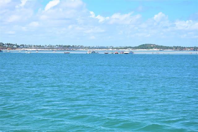 mar azul com aguas calmas
