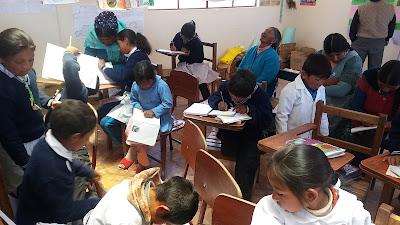 Nach meinen Predigtworten zum bald beginnenden Advent dürfen die Schülerinnen und Schülers einen Adventskranz zeichnen. In der Andenschule El Tholar haben wir 20 Schülers und zwei Lehrer, die sehr eifrig am religiösen Geschehen teilnehmen. 😉